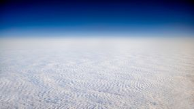 Прекрасный вид cloudscape с ясным голубым небом сверху стоковая фотография