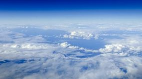 Прекрасный вид cloudscape с ясным голубым небом сверху стоковая фотография rf