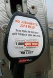 Прекращенный теперь прекращая signage табака на газовом насосе Стоковые Фото