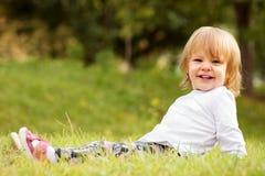 Прелестная белокурая маленькая девочка стоковая фотография rf