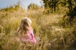 Прелестная девушка в лесе осени стоковое фото rf