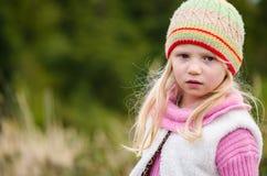 Прелестная девушка в лесе осени стоковая фотография