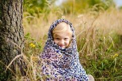 Прелестная девушка в шарфе в лесе осени стоковые изображения rf
