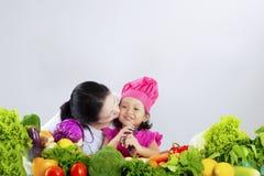 Прелестная девушка и мать с овощами Стоковые Изображения