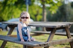 прелестная девушка стенда немногая сидя Стоковое фото RF