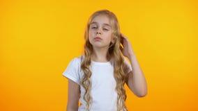 Прелестная девушка царапая голову и shrugging, не имеющ никакие идеи, чувствуя неуверенный видеоматериал
