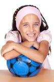 прелестная девушка шарика меньший футбол Стоковая Фотография