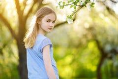 Прелестная девушка preteen в зацветая саде яблони на красивый весенний день стоковые фотографии rf