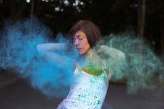 Прелестная женщина брюнет при короткие волосы представляя с взрывать Ho стоковое изображение rf