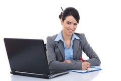Прелестная женщина дела работая на ее столе Стоковые Изображения RF
