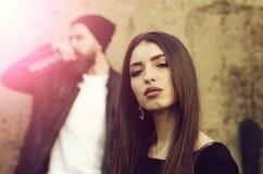 Прелестная женщина со стильными длинными волосами и модным макияжем стоковые фото