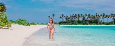 Прелестная маленькая девочка во время каникул пляжа имея потеху стоковые фото