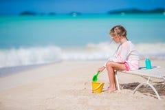 Прелестная маленькая девочка играя с игрушками на каникулах пляжа Игра ребенк с песком Стоковые Изображения