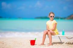 Прелестная маленькая девочка играя с игрушками на каникулах пляжа Игра ребенк с песком Стоковые Фотографии RF