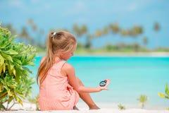 Прелестная маленькая девочка играя с пляжем забавляется во время тропических каникул стоковая фотография rf
