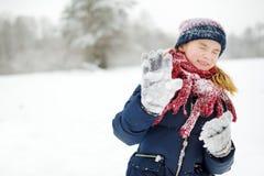 Прелестная маленькая девочка имея потеху в красивом парке зимы Милый ребенок играя в снеге стоковая фотография