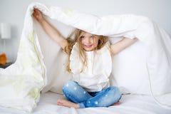 Прелестная маленькая девочка просыпанная вверх в ее кровати стоковые изображения rf