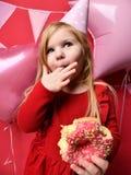 Прелестная милая девушка с розовыми воздушными шарами и подарком красного цвета присутствующими и крышкой дня рождения Стоковое Изображение RF