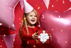 Прелестная милая девушка с розовыми воздушными шарами и подарком красного цвета присутствующими и крышкой дня рождения Стоковые Фото