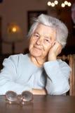 прелестная пожилая женщина стоковое изображение rf