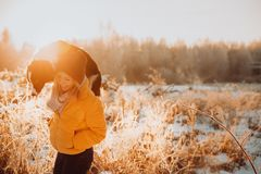 Прелестная пушистая милая черно-белая граница colly быть натренированный и petting девушка в парке света и кусты на стоковое изображение