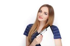 Прелестная свежая смотря белокурая женщина в голубой футболке держа папку зажима Идея дела и концепция эмоции Стоковые Фото