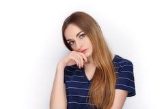 Прелестная свежая смотря белокурая женщина в голубой футболке держа папку зажима Идея дела и концепция эмоции Стоковые Фотографии RF