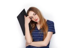 Прелестная свежая смотря белокурая женщина в голубой футболке держа папку зажима Идея дела и концепция эмоции Стоковое фото RF