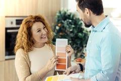 Прелестная семья выбирая соответствующие цвета для нового дизайна Стоковая Фотография