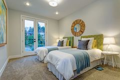 Прелестная спальня с парой двойных кроватей Стоковые Фото