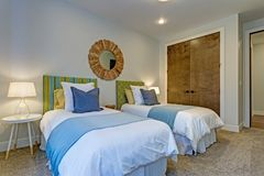 Прелестная спальня с парой двойных кроватей стоковое изображение rf