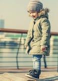 Прелестная счастливая девушка играя на спортивной площадке Стоковое Фото