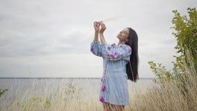 Прелестная уверенная беспечальная Афро-американская девушка стоит на предпосылке озера или реки Отдых и выходные  видеоматериал