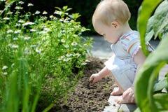 прелестная девушка играя малыша Стоковые Изображения RF
