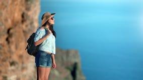 Прелестная touristic стильная женщина с положением рюкзака поверх горы ослабляя наслаждающся природой акции видеоматериалы