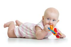 Прелестное прорезывание зубов ребёнка и teethers жевать Стоковое Фото