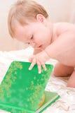 прелестное чтение книги младенца Стоковые Изображения