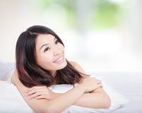 Прелестно конец стороны усмешки женщины вверх Стоковое фото RF