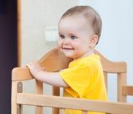 Прелестно ребенок в шпаргалке Стоковые Фотографии RF