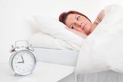 Прелестно red-haired женщина просыпая вверх стоковые изображения