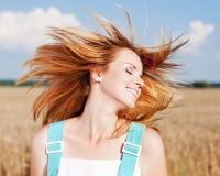 прелестные детеныши shake волос девушки поля Стоковые Фотографии RF