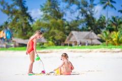 Прелестные маленькие девочки во время летних каникулов Дети играя с пляжем забавляются на белом пляже Стоковые Изображения RF