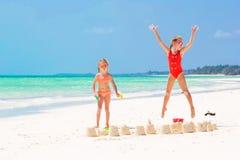 Прелестные маленькие девочки во время летних каникулов Дети играя с пляжем забавляются на белом пляже Стоковые Изображения