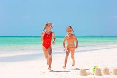 Прелестные маленькие девочки во время летних каникулов Дети играя с пляжем забавляются на белом пляже Стоковое Фото
