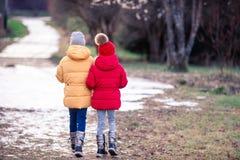 Прелестные маленькие девочки outdoors в лесе стоковые изображения