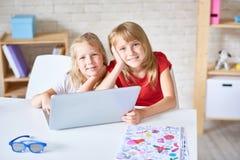 Прелестные маленькие сестры представляя для фотографии стоковые фотографии rf