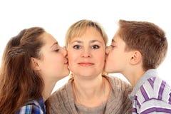 Прелестные отпрыски целуя их мать Стоковое Фото