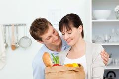 Прелестные пары смотря shoping мешки Стоковое Изображение RF