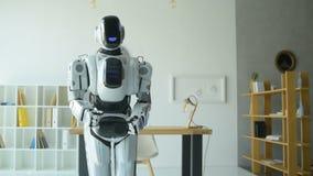 Прелестные танцы робота в офисе видеоматериал