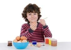 прелестные украшая пасхальные яйца ребенка Стоковое Изображение RF